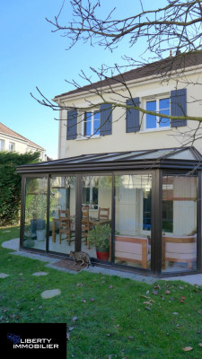Maison de 2004 avec garage, véranda et jardin au village de