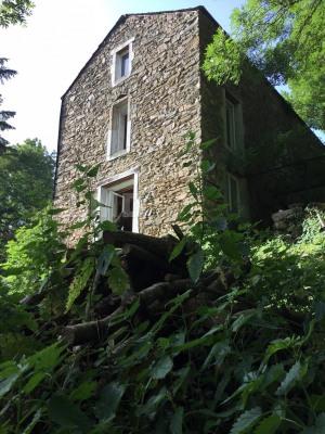 Maison de pierres dans hameau