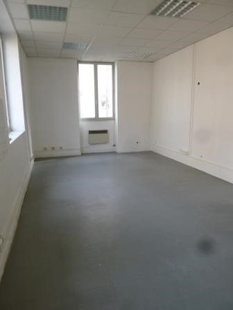 Rental empty room/storage Oullins 459€ HC - Picture 1