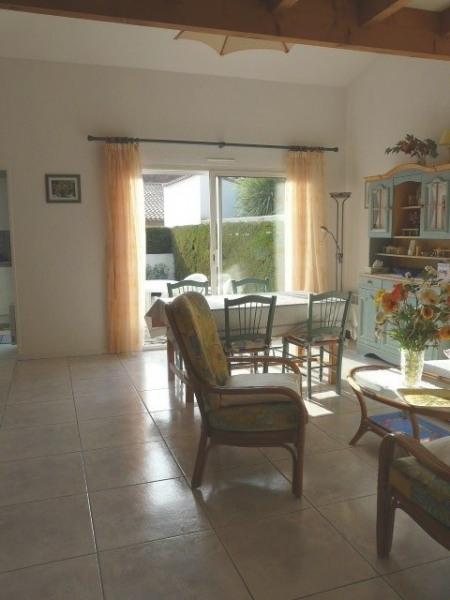 Maison mitoyenne, terrasse, jardinet, 600m plage Nauzan, parking