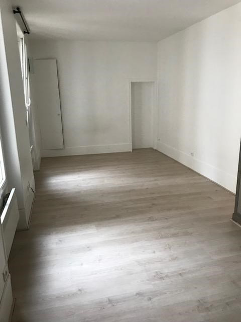 Rental apartment Paris 7ème 918€ CC - Picture 1