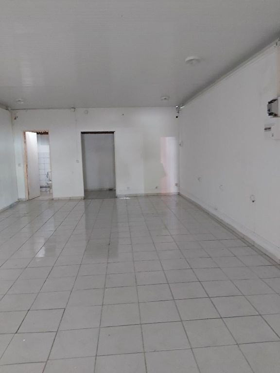 Location local commercial Les abymes 1200€ CC - Photo 1