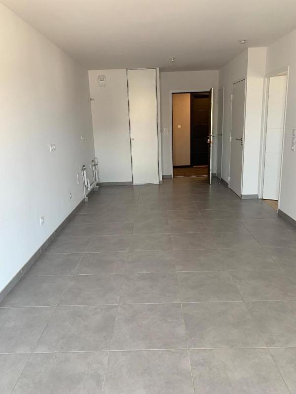 Rental apartment Bron 550€ CC - Picture 1