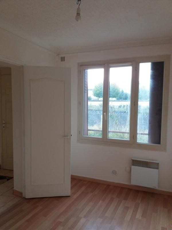 Rental apartment Pont sur yonne 300€ CC - Picture 1