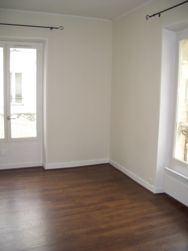 Location appartement Paris 8ème 1 380€ CC - Photo 1