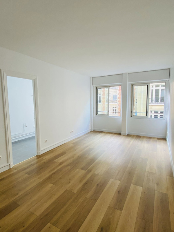 Rental apartment Paris 8ème 1 300€ CC - Picture 2