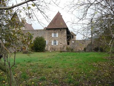 Ferme fortifiée en Sud Bourgogne avec dépendances