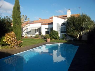 Maison type/7 200m² avec piscine et jardin paysage
