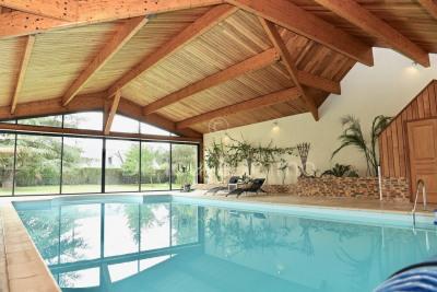 Maison d'architecte avec très grande piscine intérieure et