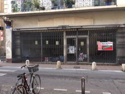 Avignon Intra-Muros - Rue carreterie local de 90 m² avec vitrine