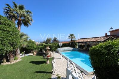Maison Individuelle avec piscine, jardin et vue mer