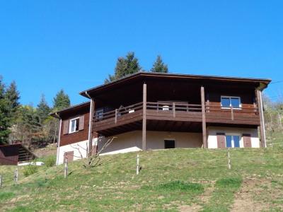 Maison en bois dans un bel environnement