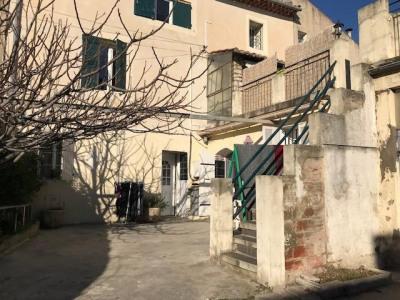 Carpentras extra muros, logement plain pied avec cour de type 3 rénové