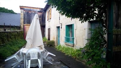Coquette maison de bourg avec dépendances et terrain attenan