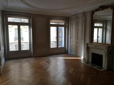Appartement 6 pièces site entre la rue de VARENNE et rue du BAC
