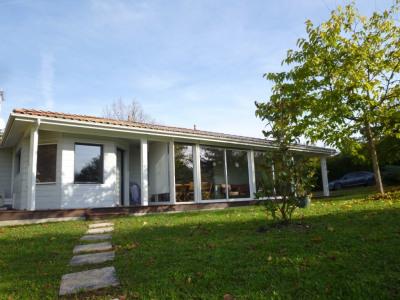 Maison en bois atypique de plain-pied en très bon état avec de belles prestations , située en zone Natura 2000
