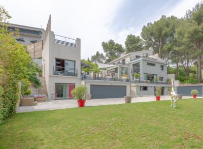 Villa de prestige avec piscine double, quartier résidentiel