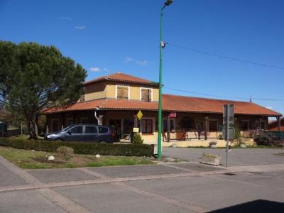 Ensemble immobilier commercial avec logement et terrain à bâtir