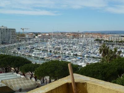CARNON. Studio avec terrasse vue mer et port