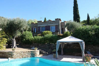 Villa with swimming pool in the village of Bormes