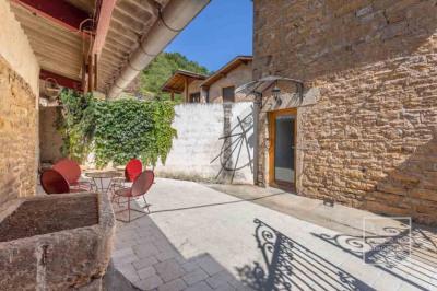 Maison POLEYMIEUX AU MONT D'OR 72 m² avec cour pavée + annexes