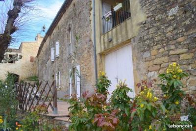 Proche Fanjeaux, maison de village rénovée avec cour et balcon