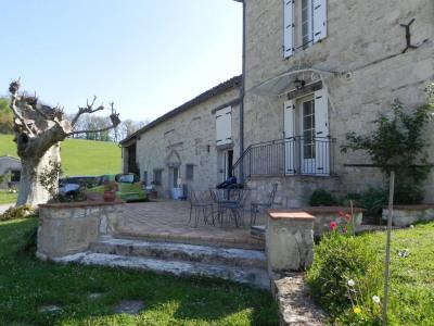 Belle maison en pierre dansun environnement verdoyant, à 5