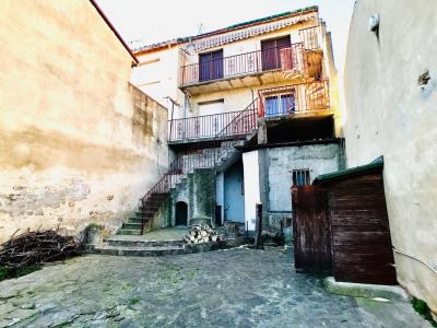 Immeuble locatif de 3 appartements avec cour - Saint Vicens