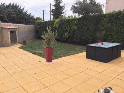 Rez-de-chaussée de villa avec jardin et garage