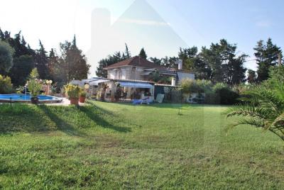 Villa de 5 pièces avec piscine sur un terrain de 6000 m²