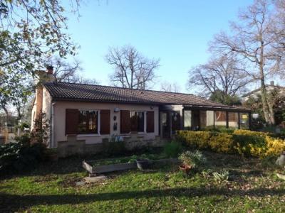 Villa de plain-pied sur 2540 m² de terrain avec piscine et garag