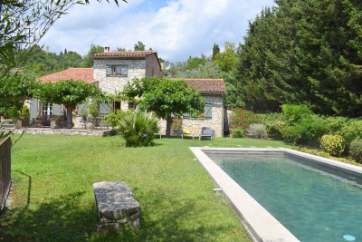 Villa en pierre, a pied au village