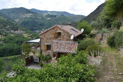 Maison en pierres de 130 m² hab sur 2 hectares de terrain en