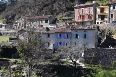 Maison de village en pierres crépis