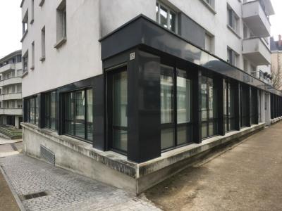 Local secteur Mairie avec vitrine et accès PMR
