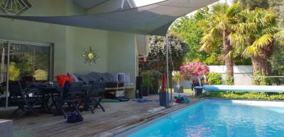 Grande villa avec piscine et dépendance