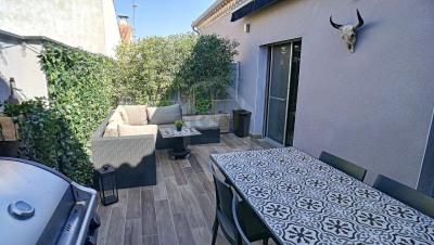 A vendre: Fourques, Grande Maison de ville avec 2 terrasses