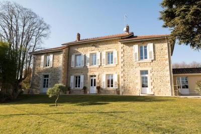 Magnifique Maison de maître en pierre de 300 m² avec terrain