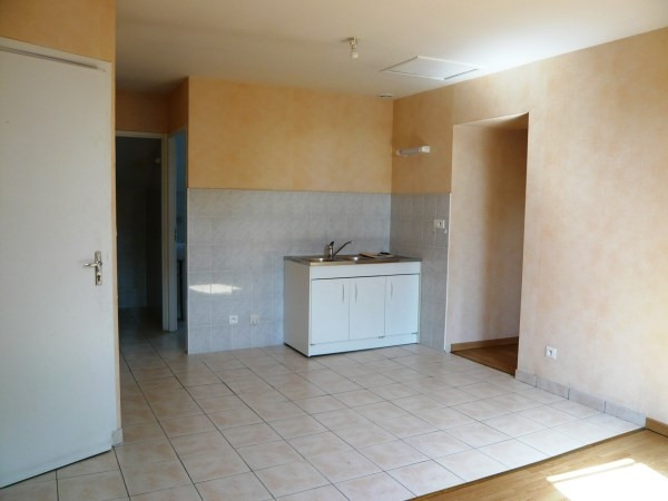 Rental apartment Courtenay 350€ CC - Picture 1