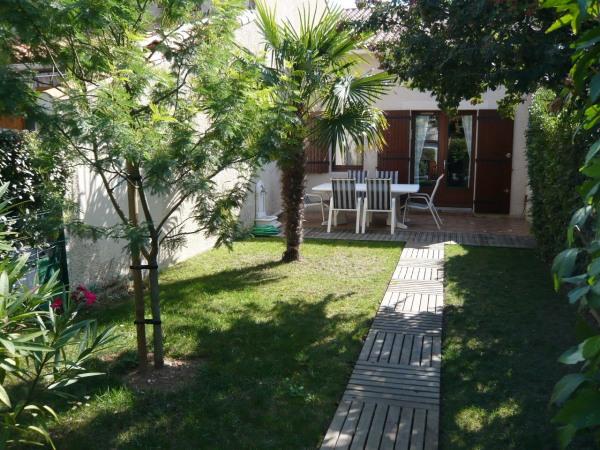 Maisonnette mitoyenne, jardin, terrasse, 350m plage de Nauzan