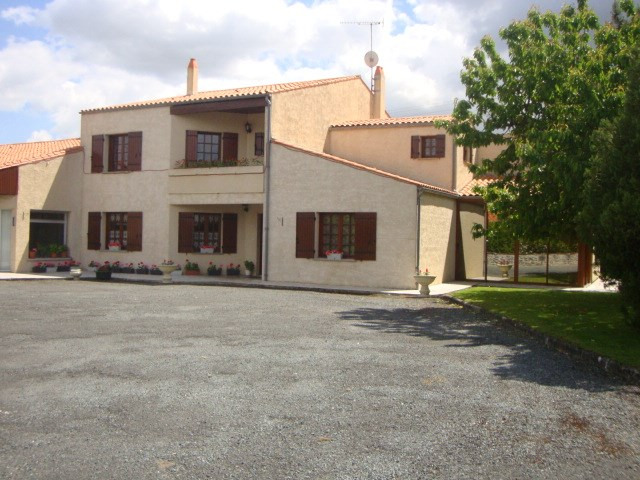 Sale house / villa Loulay 259 700€ - Picture 1