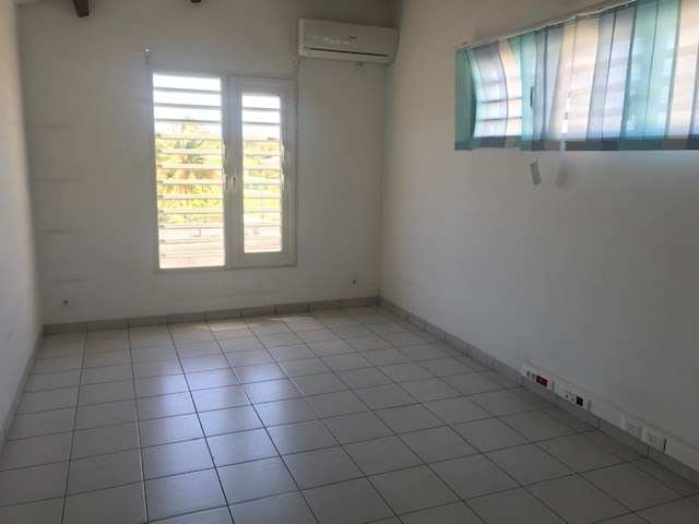 Location local commercial Le gosier 580€ HC - Photo 1