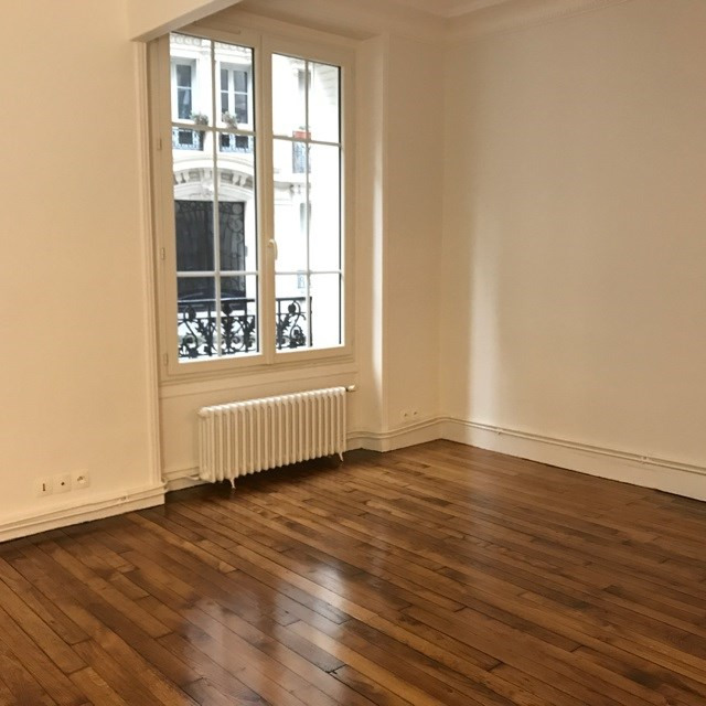 Location appartement Paris 18ème 1 300€ CC - Photo 2