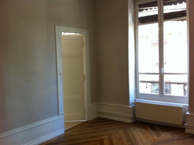 Location appartement Lyon 7ème 892€ CC - Photo 2