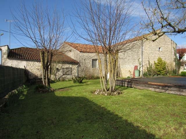 Sale house / villa Saint-jean-d'angély 165360€ - Picture 2