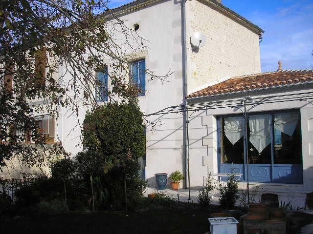 Sale house / villa Saint jean d'angely 270080€ - Picture 1