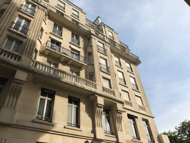 Location appartement Paris 8ème 2 200€ CC - Photo 1