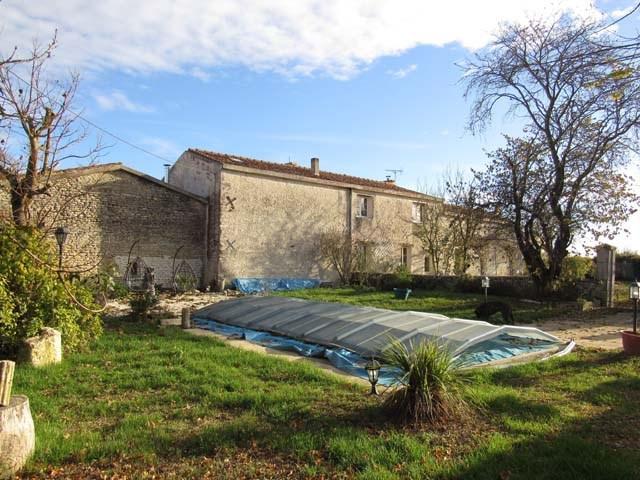 Sale house / villa Saint-jean-d'angély 254400€ - Picture 2
