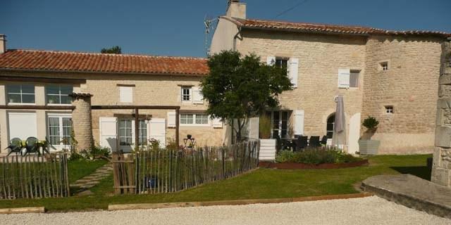 Sale house / villa Saint-jean-d'angély 299620€ - Picture 3