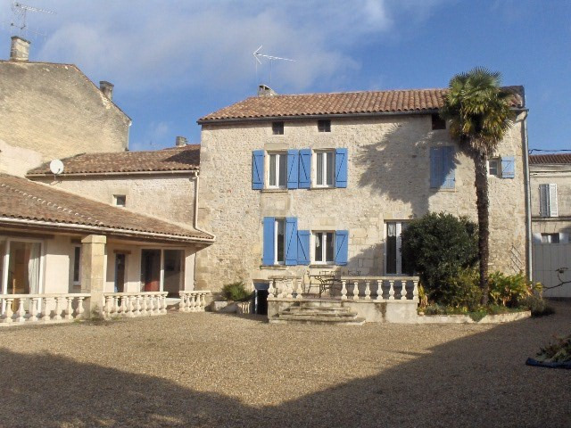 Sale house / villa Saint jean d'angely 353 425€ - Picture 1